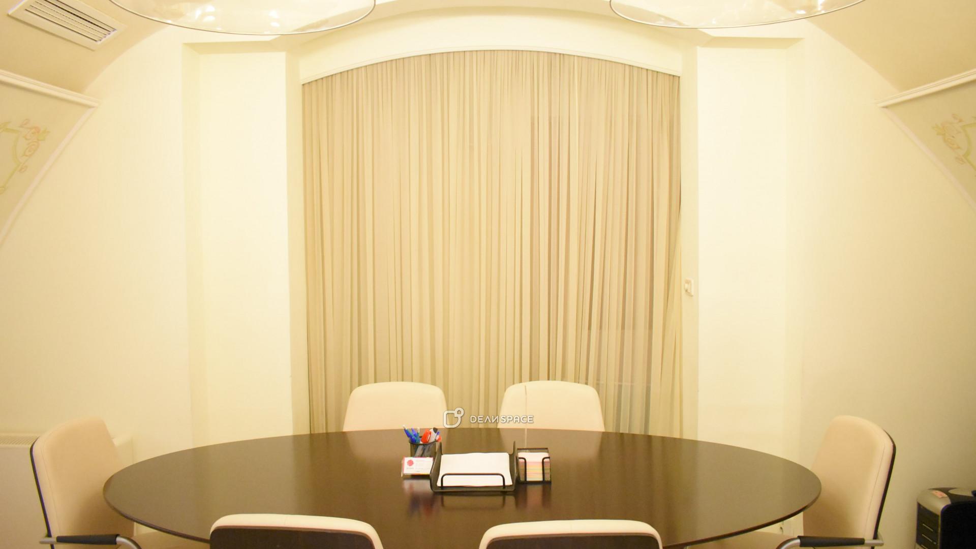 Переговорная комната на 6 человек