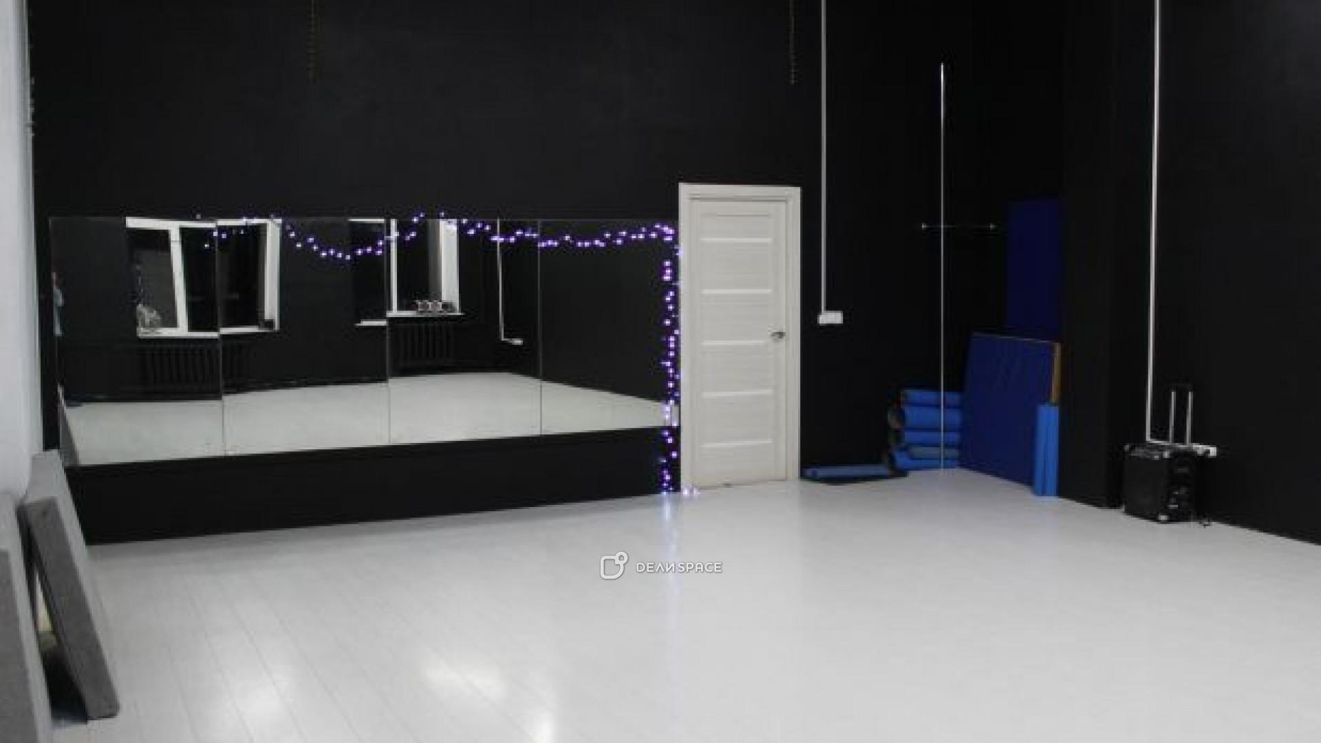 Танцевальный зал черно-белый