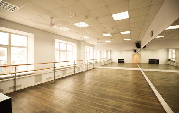 Зал для танцев с пианино - фото №1